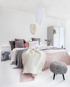 How can you not love this - simple yet so elegant. via @norskeinteriorblogger #scandinavian #bedroom #simplicity #homedecor #whiteliving