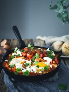 Kikherneshakshouka. Helppo ja maukas resepti arkeen tai brunssille. Vegetarian Recipes, Cooking Recipes, Healthy Recipes, Clean Eating, Healthy Eating, Healthy Food, International Recipes, Food Inspiration, Love Food
