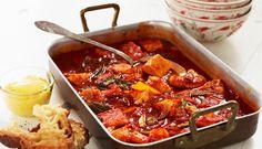 Bouillabaisse er en fiskesuppe med røtter i Provence. I denne oppskriften varmes suppen inne i ovnen, så det er en ny og enkel vri. Med godt brød som tilbehør er dette ren kos på bordet.