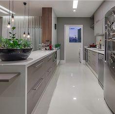Cozinha integrada em tom de cinza por Flávia Melo #kitchen #homedecor…