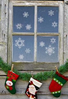 Un kit complet et varié de 25 flocons de neige. En vinyle dépoli, ils apporteront un effet de verre givré à vos fenêtres. Deco Stickers, Mirror Decal, Html, Christmas Stockings, Adhesive, Xmas, Kit, Holiday Decor, Home Decor