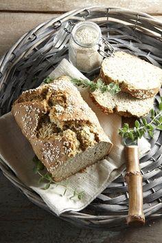 Εύκολο και γρήγορο αυτό το μυρωδάτο ψωμί είναι ιδανικό για να συνοδεύσει κάθε φαγητό, κυρίως λαδερά, σούπες και σαλάτες. Vegan Vegetarian, Vegetarian Recipes, Cooking Recipes, Pretzel Bun, Bread Art, Greek Olives, Greek Cooking, Bread Baking, Camembert Cheese