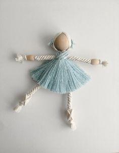 Macrame Art, Macrame Design, Macrame Projects, Doll Crafts, Yarn Crafts, Diy Doll, Yarn Dolls, Macrame Patterns, Pom Pom Crafts