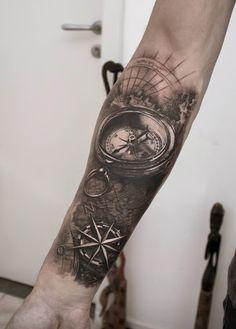 Um bem detalhado e bonito procura de manga tatuagem. Os detalhes sobre a bússola são simplesmente deslumbrante, bem como o mapa foi desenhado e as coordenadas da viagem. Isso faz você querer ir em uma aventura e para o mar.