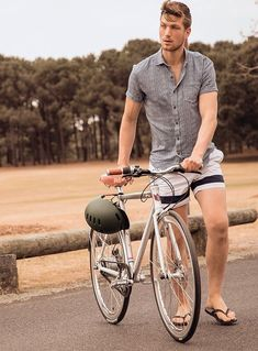 Mode Masculine, Stevie Nicks Young, Mens Beach Shoes, Really Hot Guys, Cool Hairstyles For Men, Men Closet, Barefoot Men, Mens Flip Flops, Photography Poses For Men