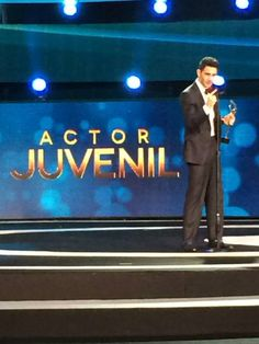 Alejandro Speitzer dando su discurso de agradecimiento tras recibir su Premio TvyNovelas como Mejor Actor Juvenil 2014.  #AlejandroSpeitzer #AlexSpeitzer #actor #outfit #Premios #PremiosTvyNovelas #Televisa #MejorActorJuvenil #SantaFe