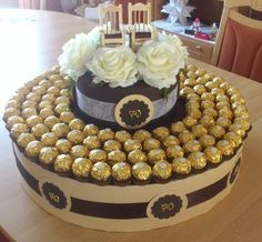 Bastelforum – Torte aus 140 ferrero rocher und 140 packungen tempos – Bildanleit… Bastelforum – cake made of 140 ferrero rocher and 140 packs of tempo – picture instructions – picturial Ferrero Rocher Bouquet, Ferrero Rocher Chocolates, Ferrero Chocolate, Chocolate Gifts, Chocolate Tree, Rocher Torte, Chocolate Flowers Bouquet, Photos Booth, Sweet Trees