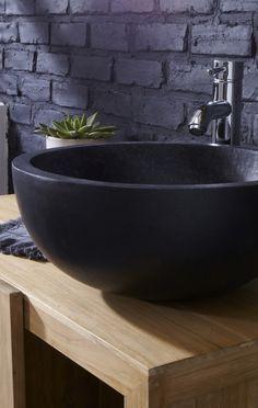 Dunkel und dramatisch, dieses schwarze Waschbecken aus Terrazzo ist handgefertigt und garantiert somit Originalität und Einzigartigkeit in jedem Badezimmer.