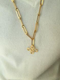 IV Sautoir plaqué or en maille carrées avec pendentif en croix