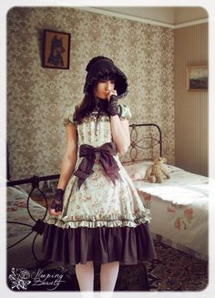 What a darling co-ord of Classic Lolita. Its a little dark, but very elegant. I love all the brown in the outfit.