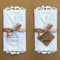 Cada embalagem contém:  - Um lenço triplo de alta qualidade  - Saquinho plástico para proteger o lenço  - Envelope em papel rendado  - Laço de cetim (confirmar as cores disponíveis antes da compra)  - Tag impressa em papel kraft ou papel vergê    Deixe seu momento ainda mais especial :)      Pers... Wedding Tissues, Wedding Send Off, Wedding Bag, Dream Wedding, Unity Ceremony, Wedding Ceremony, Engagement Decorations, Happy Tears, Diy Frame