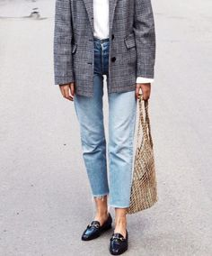styling mom jeans, mom jeans style, styling jeans, gucci shoes, styling gucci mules, street style, street style 2017, styling blazer, blazer style, white t-shirt, styling t0shirt, t-shirt style, blazer style