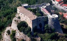 Il castello di Cerro al Volturno - provincia di Isernia, Molise, Italia. 41°39′00″N 14°08′00″E