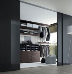 La gurú de la limpieza japonesa nos da 9 consejos para mantener la ropa ordenada en el armario. ¡Su manual es todo un éxito!