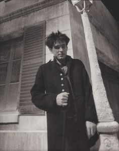 Robert Smith -the Cure oh sweet sweet street photos. a deer pants and paparazzi wait for still frames like this don't they j'adore Robert Smith The Cure, Robert Smith Young, Rock Revolution, What About Bob, Waves Icon, James Smith, Siouxsie & The Banshees, Boys Don't Cry, I Robert