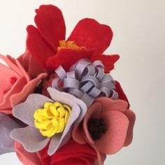 Que tal uma alternativa moderna e despojada de flores que durarão para sempre?    O buquê de flores em feltro pode ser feito em diversas combinações de cores e tipos de flor, de acordo com a preferência da noiva.    Para saber mais sobre kits com corsages para as madrinhas, buquê da daminha etc. ...