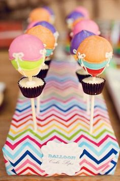Cake pop hot air balloons but w hand not baloon