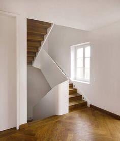 Bild 1 WANGENTREPPE Modell: GELÄNDERSCHEIBE | Wangen: bauseits weiß lackiert | Stufen: Eiche gebeizt | Setzstufe: Eiche gebeizt, Faltwerkoptik | Übergänge: eingesetzte Krümmlinge