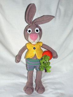 """Hase """"Hajo"""" möchte gerne von Dir gehäkelt werden. Die gehäkelte Karotte braucht """"Hajo"""" natürlich auch. Fang gleich an mit dem Häkeln, es ist nicht schwer."""