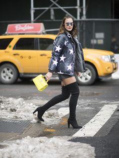 Look de la blogger Mol Almada en NYFW con chamarra de estrellas y bota over the knee negra thigh boots
