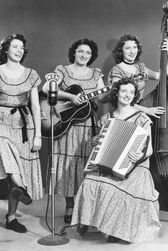 The Carter Sisters [Maybelle Carter and daughters June, Helen and Anita] : best known for their performances at the Grand Ole Opry, Nashville throughout the with the likes of Johnny Cash, Carl Smith and Elvis Presley Best Country Singers, Country Musicians, Latest Celebrity Gossip, Celebrity Photos, Johnny And June, Johnny Cash, Classic Singers, June Carter Cash, Carter Family