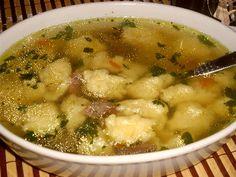 Maso, koření a zeleninu zalijeme 3 litry vody a uvaříme polévku, ocedíme a přidáme nasekanou zelenou petrželku...