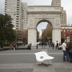 We are taking the La Chaise designed by Ray and Charles Eames around #NYC today to get some feedback from #Newyorkers !! #streetseats #eames #lachaise #modern #midcentury #mcm #midcenturymodern #iconic #designer #seat #chaise #furniture #furnitureporn #ny #moma #charlesandrayeames #white #fiberglass #reproduction