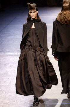 Yohji Yamamoto Fall 2004 Ready-to-Wear Fashion Show Collection: See the complete Yohji Yamamoto Fall 2004 Ready-to-Wear collection. Look 37 Fashion Brands, Fashion Show, Japanese Fashion Designers, Yoji Yamamoto, Weird Fashion, Japanese Outfits, Vintage Dresses, Ready To Wear, Vogue