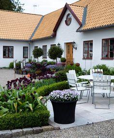 Idag är det tidig morgon här på Länsmansgården och strax väntar avfärd med bästa trädgårdsgänget. Dagens resmål är en trädgård utöver det…