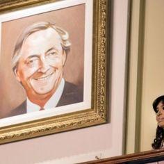 El gobierno nacional descolgó los cuadros del ex presidente Néstor Kirchner y del ex jefe de Estado de Venezuela, Hugo Chávez, que estaban en el primer piso de la Casa de Gobiern