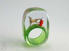 Duftmarke – Lustiger Hunde-Ring mit einem pissenden braunen Miniatur-Dobermann auf grünem Boden und rotem Hydrant in Gießharz ///// © Isabell Kiefhaber www.geschmeideunterteck.de