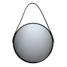 Ørskovin peili antaa eteiselle tyylikkään ilmeen. Peiliä on saatavana eri kokoisina ja sen avulla pieneenkin tilaan saa kodikkuutta. Peili ripustetaan mustan nahkaisen hihnan avulla.