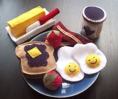 Felt Breakfast Set - Myles and Cason will LOVE this, and pretty sure I already have the felt to do it!!!  Soooo cute.