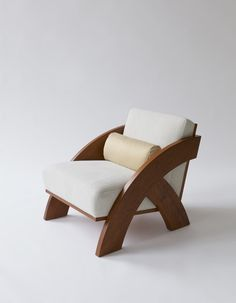 Arc Chair is a minimalist chair designed by Brooklyn-based studio Moving Mountains Chair Design Wooden, Wooden Sofa, Sofa Design, Diy Design, Sofa Furniture, Furniture Projects, Furniture Design, Furniture Market, Plywood Furniture