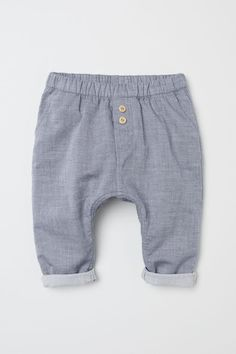 Shop our play-friendly and practical stretchy pants for your baby boy. Choose between soft sweatpants, comfy leggings and durable denim. Baby Outfits, Newborn Outfits, Chambray, Coton Bio, Boys Pants, Baby Boy Fashion, Cotton Pants, Baby Month By Month, Toddler Fashion