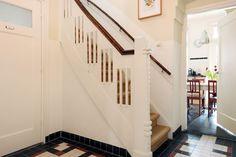 Jaren30woningen.nl | Mooi bewerkte trap en originele tegelvloer in een jaren 30 woning