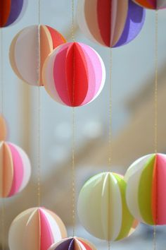 DIY idea: multicolored paper garland with gold twine / love the inspirational paper garlands from LES POMMETTES DU CHAT