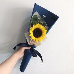Single Flower Bouquet, Flower Bouquet Diy, Bouquet Wrap, Sunflower Bouquets, Hand Bouquet, Boquette Flowers, How To Wrap Flowers, Paper Flowers Diy, Blooming Flowers