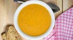 Kürbissuppe mit Ingwer auf einen Teller.