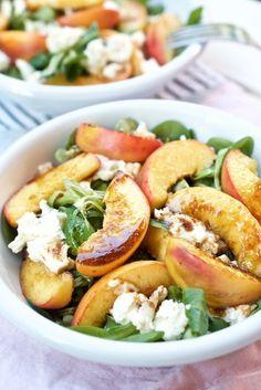 Perfekter Sommersalat. Rezept gesund und lecker: Feldsalat mit gebratenem Pfirsich und Mozzarella.