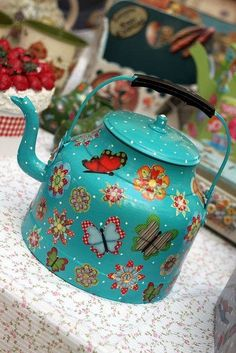 Enamel paint and decoupage old kettle, plantee Decoupage, Tole Painting, Painting On Wood, Diy And Crafts, Arts And Crafts, Milk Cans, Chocolate Pots, Tea Set, Tea Time
