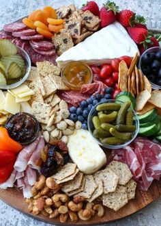 Cheese Board Making 101 - how to make a killer cheeseboard without breaking the bank! Charcuterie board Cheese Board Making 101 - how to make a killer cheeseboard without breaking the bank! Snacks Für Party, Appetizers For Party, Appetizer Recipes, Meat Appetizers, Charcuterie And Cheese Board, Charcuterie Platter, Cheese Boards, Antipasto Platter, Cheese Board Display