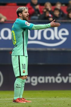 Barcelona's Argentinian forward Lionel Messi gestures during the Spanish league football match CA Osasuna vs FC Barcelona at the Reyno de Navarra (El Sadar) stadium in Pamplona on December 10, 2016. / AFP / CESAR MANSO