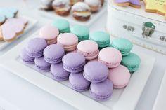 macarons lilás, rosa e turquesa.