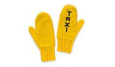 Taxi Mittens. Taxi Mittens sono dei guanti gialli ideali per fermare un taxi, soprattutto se siete a New York! Via swiss-miss.com