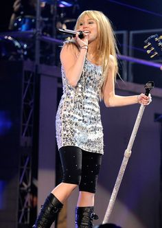 Miley Cyrus's Best Stage Looks of All Time Hannah Montana Outfits, Hannah Montana Forever, Diana Fashion, India Fashion, Japan Fashion, 2000s Fashion, Fashion Outfits, Miley Stewart, Miley Cyrus Style