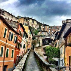 """""""Vagabondarono quindi qua e là, e si persero tra gli strani, erti vicoli che a Perugia vengono chiamati strade. Alcuni sembrano caverne, poiché son coperti da un arco per tutta la loro lunghezza, e si tuffano all'improvviso verso un'oscurità sconosciuta""""  (Nathaniel Hawthorne, Il fauno di marmo, 1860)"""