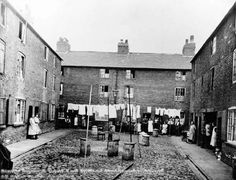 Lewis Square off Sussex Street, Narrow Marsh area, 1934.  This is quite a wide enclosed yard. Rubbish bins and lines of washing can be seen in the middle of the yard.