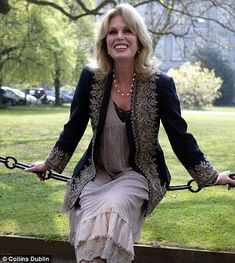 Joanna Lumley: 'I'm no goddess or beauty. Joanna Lumley, Beautiful Old Woman, Gorgeous Women, Style And Grace, My Style, Timeless Fashion, Mature Fashion, Advanced Style, Ageless Beauty