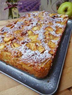 La torta con mele e amaretti senza burro e olio è la prova lampante di come si possa mangiare un dolce delizioso senza l'aggiunta di grassi.